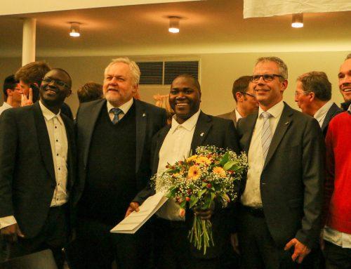 Feiern zur Promotion würdigen afrikanische Mitbrüder
